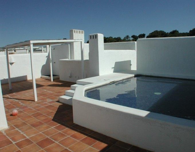 Tico a la venta con piscina privada y vistas al mar en for Atico con piscina privada