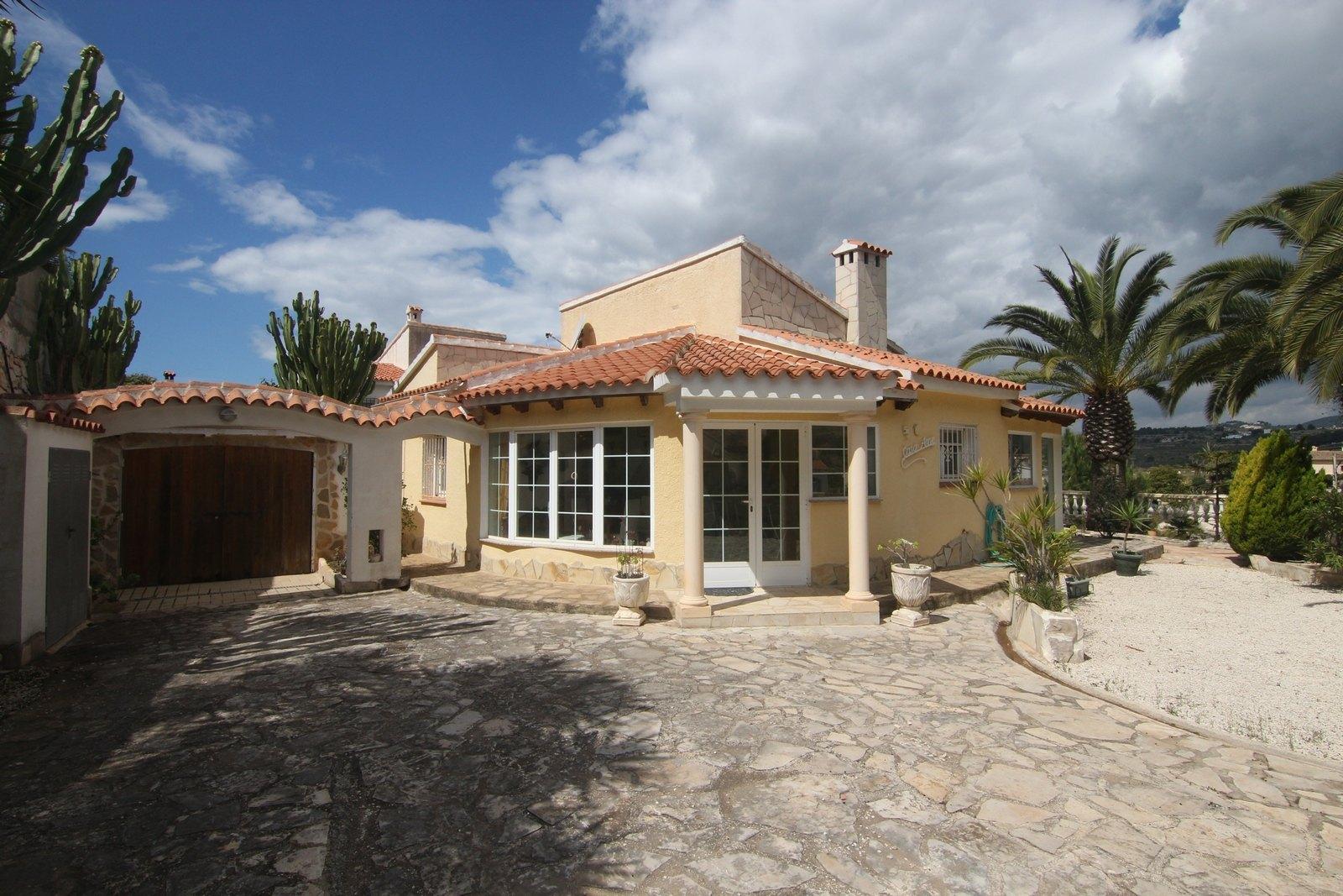 Villa en parcela llana con piscina comunitaria a la venta.