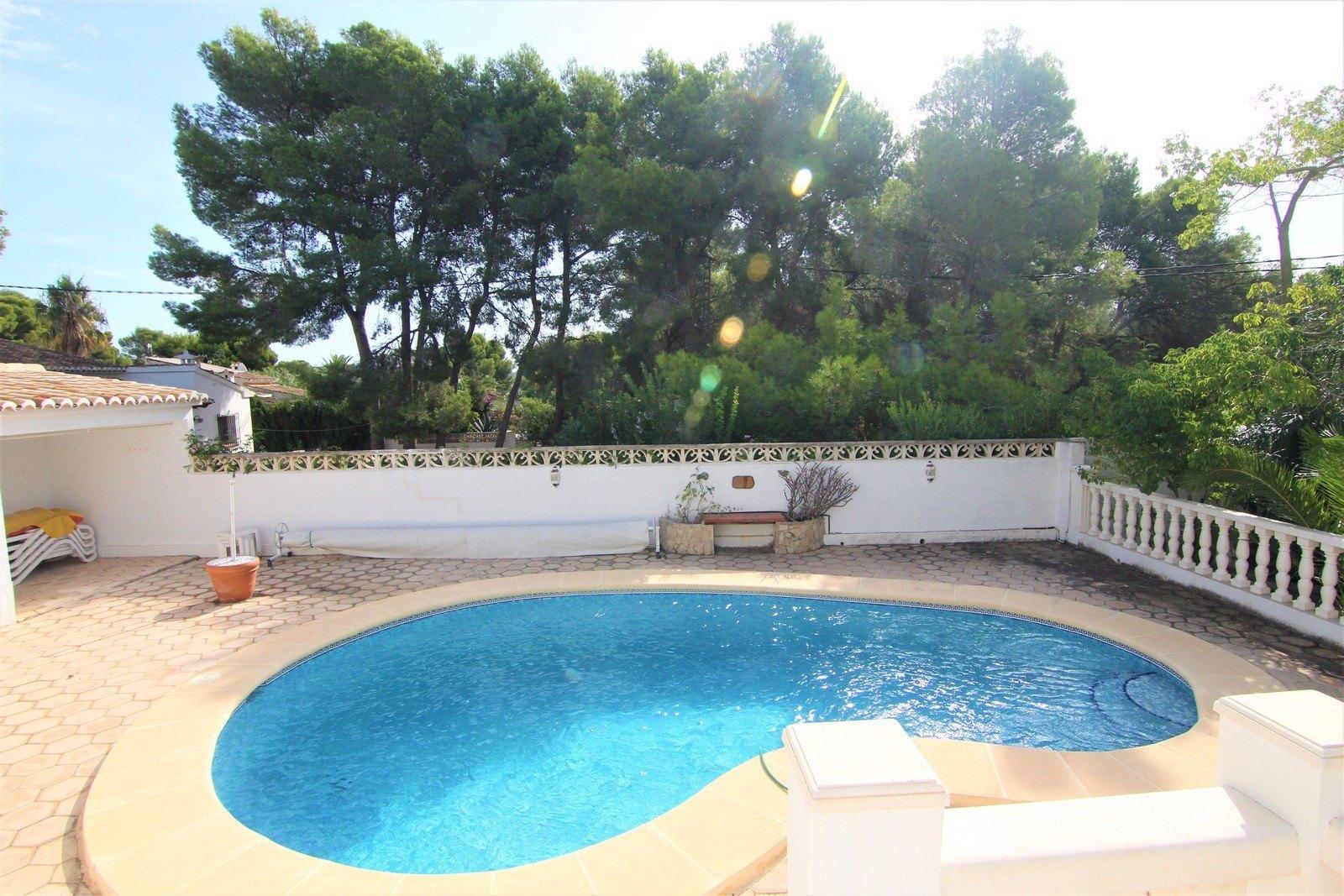 Villa con piscina climatizada y parcela llana cerca del pueblo.