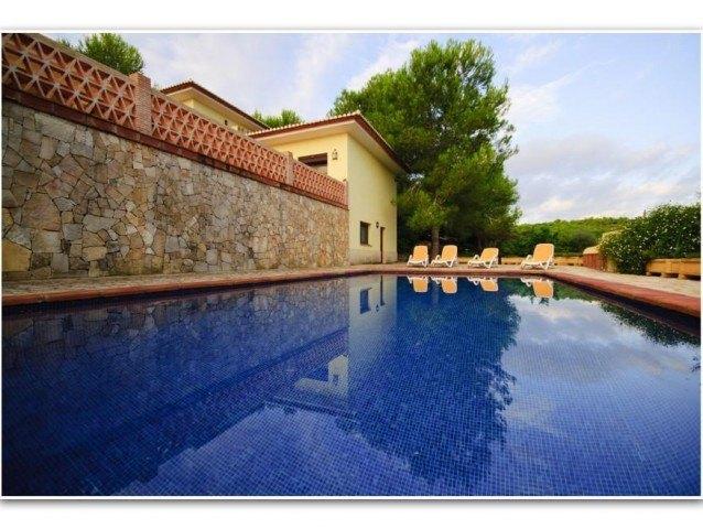 Villa exclusiva con establos y caballos.