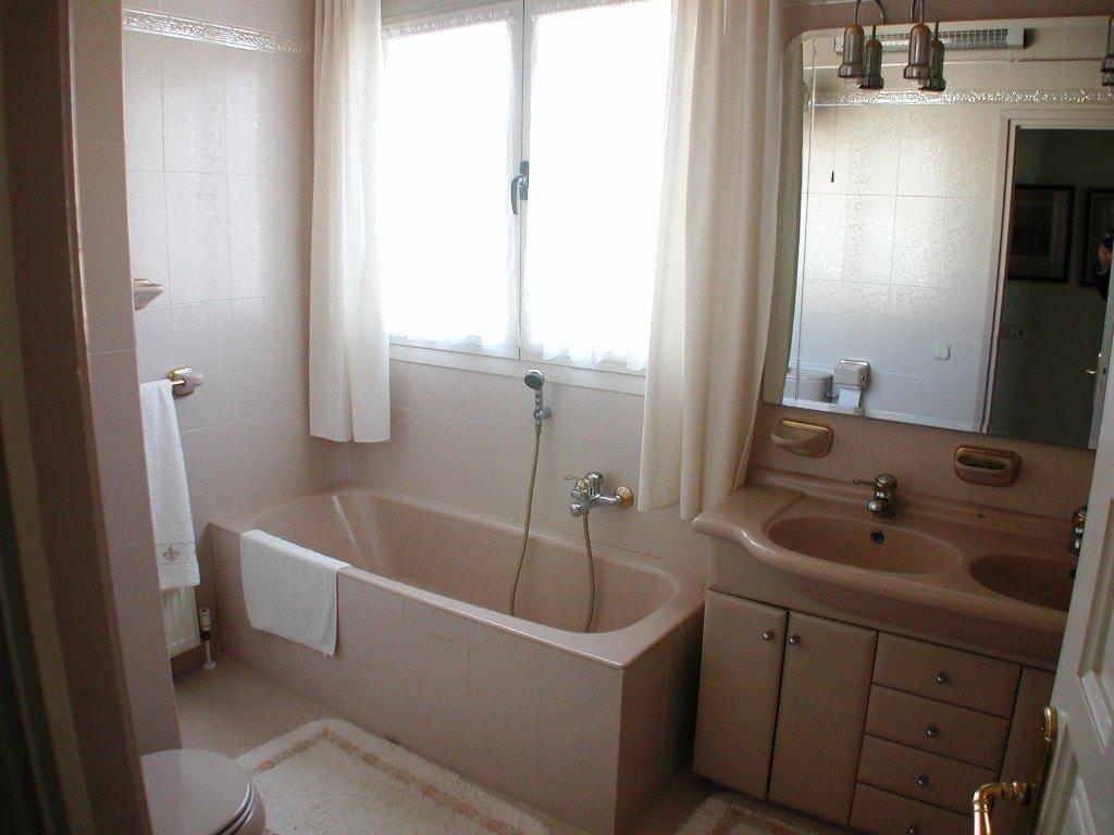 Villa en venta cerca de la principal playa de arena de Calpe con apartamento independiente.